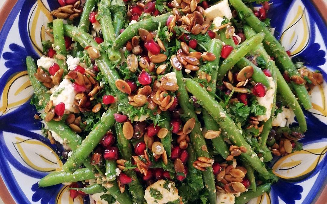 Salat med bønner, feta og græskarkerner